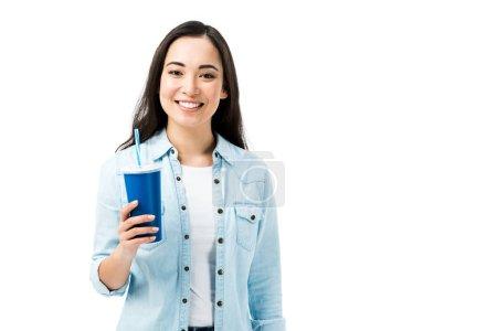 attraktive asiatische Frau im Jeanshemd hält Plastikbecher isoliert auf weiß