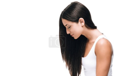 Photo pour Vue latérale de brune belle femme aux yeux fermés longs cheveux droits sains et brillants isolés sur blanc - image libre de droit