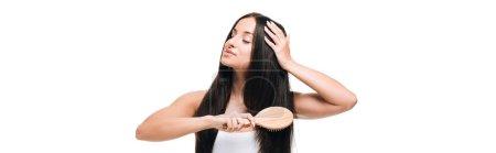 Photo pour Plan panoramique de brune belle femme aux yeux fermés brossant longs cheveux droits sains et brillants avec peigne isolé sur blanc - image libre de droit
