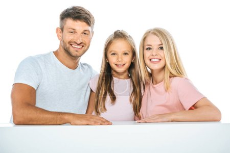 Photo pour Fille souriante près des parents et regardant la caméra isolée sur blanc - image libre de droit