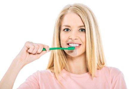 Photo pour Belle femme se brossant les dents et regardant la caméra isolée sur blanc - image libre de droit