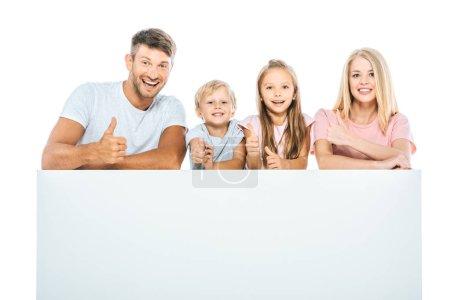 Foto de Familia feliz mostrando pulgares cerca de una pancarta en blanco aislada sobre blanco - Imagen libre de derechos