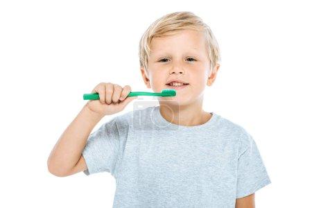 Photo pour Heureux garçon tenant brosse à dents isolé sur blanc - image libre de droit