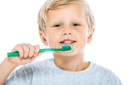 Photo pour Garçon mignon et heureux tenant une brosse à dents isolée sur blanc - image libre de droit