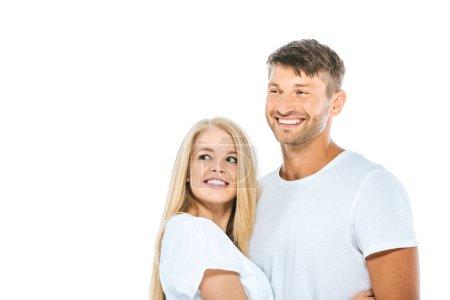 Photo pour Un homme et une femme heureux en t-shirts blancs souriants isolés sur - image libre de droit