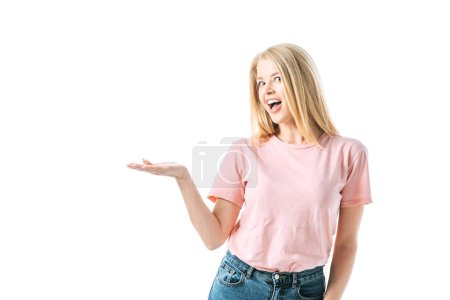Photo pour Femme heureuse avec bouche ouverte pointant avec la main isolée sur blanc - image libre de droit