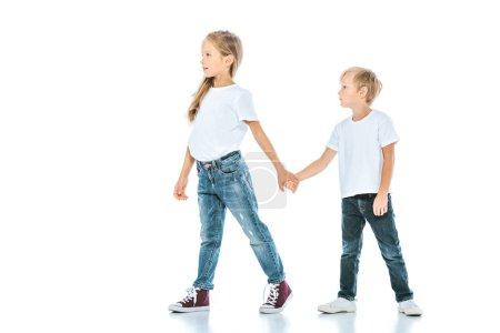 Foto de Dos niños lindos con las manos y caminando sobre blanco - Imagen libre de derechos