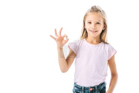 Photo pour Enfant gai montrant un signe ok et souriant isolé sur blanc - image libre de droit