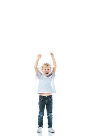 Photo pour Garçon excité avec bouche ouverte pointant avec les doigts isolés sur blanc - image libre de droit