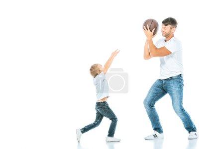 Photo pour Beau père jouant au basket avec son fils sur blanc - image libre de droit