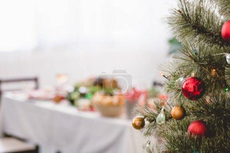 Photo pour Selective focus of christmas tree with bright christmas balls - image libre de droit