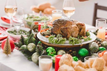 Selektiver Schwerpunkt des Tellers mit schmackhaftem Truthahn auf dem Weihnachtstisch