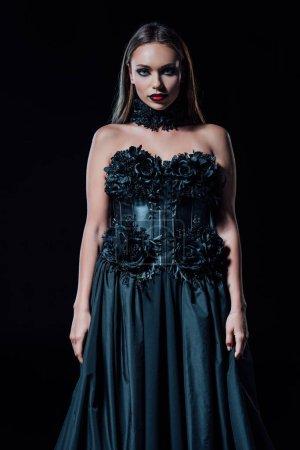 Photo pour Fille vampire effrayante en robe gothique noire isolée sur noir - image libre de droit