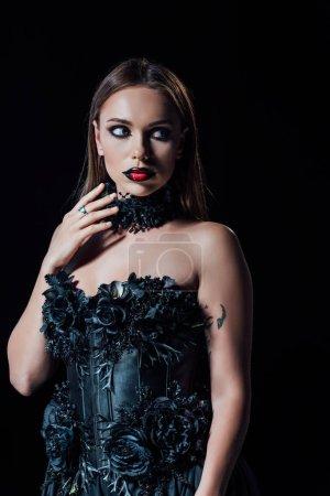 Photo pour Effrayant vampire fille en noir gothique robe isolé sur noir - image libre de droit