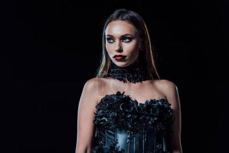 przerażający wampir dziewczyna w czarny gotycki sukienka patrząc daleko odizolowany na czarny