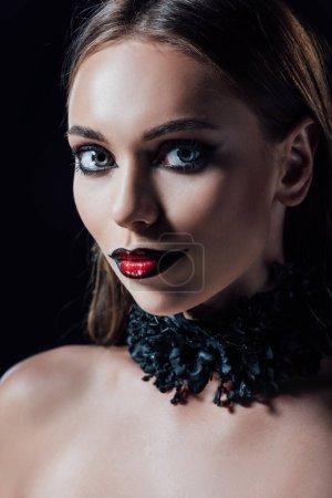 portret przerażający wampir dziewczyna w czarny gotycki sukienka odizolowany na czarny