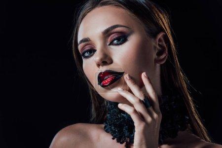 przerażający wampir dziewczyna w czarny gotycki sukienka izolowane na czarny