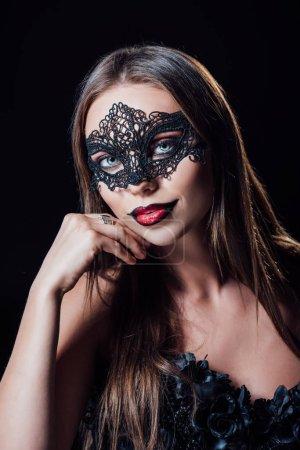Photo pour Effrayant vampire fille en noir gothique robe et masque isolé sur noir - image libre de droit