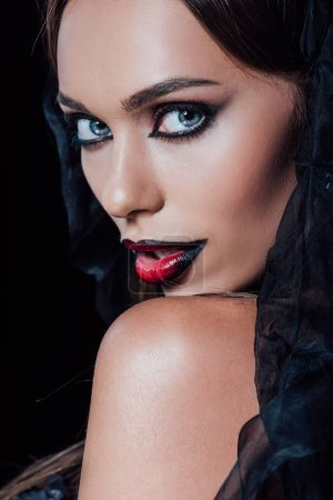 Photo pour Vampire fille en noir gothique robe et voile isolé sur noir - image libre de droit
