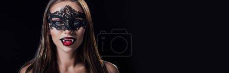 Photo pour Plan panoramique de jeune fille vampire effrayante nue masquée montrant crocs isolés sur noir - image libre de droit