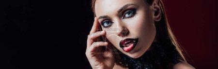 Photo pour Photo panoramique d'une fille vampire effrayante avec des griffes - image libre de droit