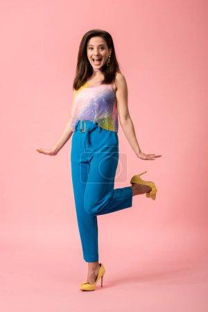 Photo pour Excitée jeune fille disco stylisée posant sur le rose - image libre de droit