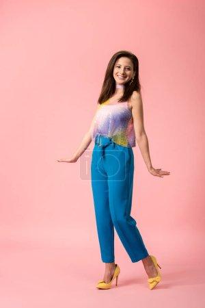 Photo pour Souriant jeune fille disco élégant posant sur rose - image libre de droit