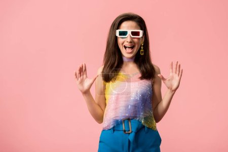 Photo pour Excited young stylish disco girl in 3d glasses isolated on pink - image libre de droit