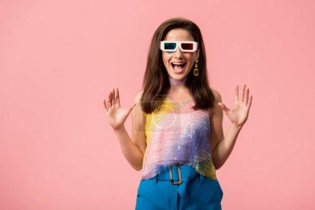 Photo pour Excitée jeune fille disco élégante dans 3d lunettes isolées sur rose - image libre de droit