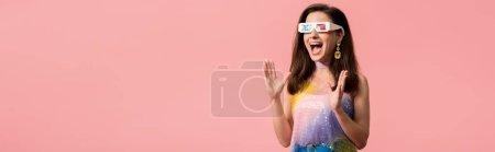 Photo pour Jeune discothèque excitée dans des lunettes 3d isolées sur pellicule panoramique rose - image libre de droit