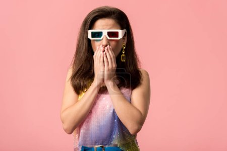 Photo pour Shocked young stylish disco girl in 3d glasses covering mouth with hands isolated on pink - image libre de droit