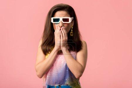 Photo pour Une jeune discothèque choquée dans des lunettes 3d couvrant la bouche avec les mains isolées sur rose - image libre de droit