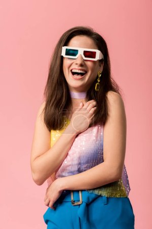 Photo pour Happy young stylish disco girl in 3d glasses isolated on pink - image libre de droit