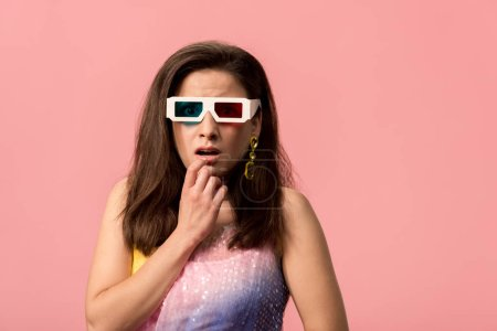 Photo pour Scared young stylish disco girl in 3d glasses isolated on pink - image libre de droit