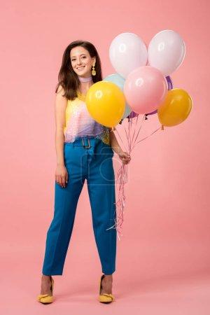 Foto de Jovencita feliz que celebra globos festivos en rosa - Imagen libre de derechos