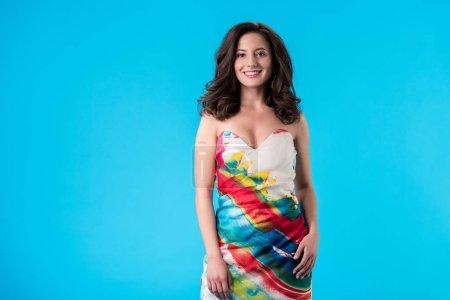 Photo pour Jeune femme élégante souriante en robe isolée sur bleu - image libre de droit