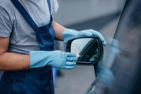 Photo pour Vue en coupe de la voiture nettoyant essuyant le miroir latéral de la voiture - image libre de droit