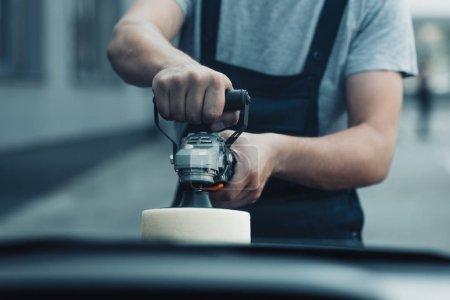 Photo pour Vue en coupe de la voiture nettoyante voiture de polissage avec machine tampon - image libre de droit