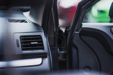 Photo pour Mise au point sélective de l'intérieur du véhicule avec porte avant ouverte - image libre de droit