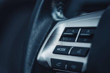 Photo pour Panneau de contrôle du volume sonore sur le tableau de bord de la voiture - image libre de droit