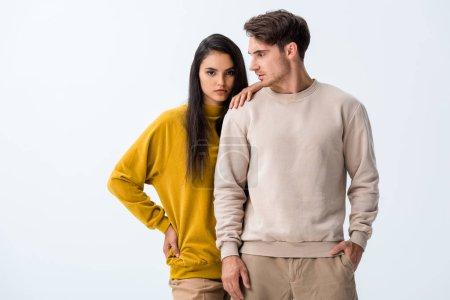 attrayant femme debout près de l'homme avec la main dans la poche isolé sur blanc