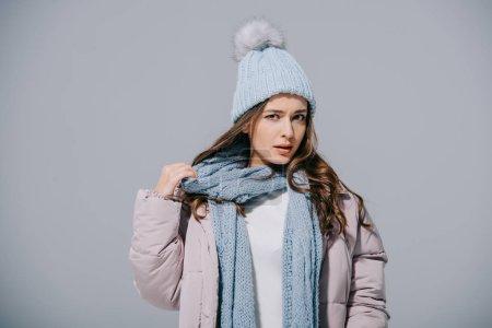 Photo pour Chic fille posant en manteau chaud, tricot chapeau et écharpe, isolé sur gris - image libre de droit