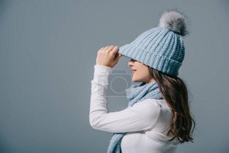 Photo pour Fille élégante posant en bonnet tricoté et écharpe, isolé sur gris - image libre de droit
