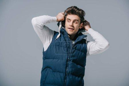 Photo pour Bel homme à la mode en gilet d'automne, isolé sur gris - image libre de droit