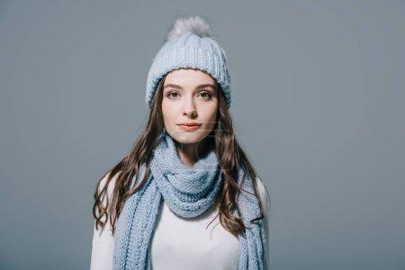 Photo pour Belle femme élégante posant en tricot chapeau et écharpe, isolée sur gris - image libre de droit