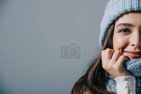 Photo pour Happy girl posant en bonneterie et écharpe, isolée sur gris - image libre de droit