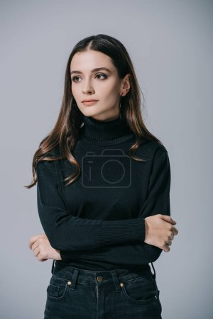 Photo pour Belle femme élégante posant en pull noir, isolé sur gris - image libre de droit