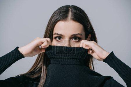 Photo pour Attrayant fille à la mode posant en pull noir, isolé sur gris - image libre de droit