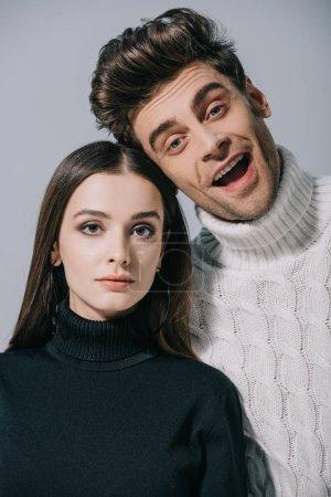 Photo pour Portrait d'un beau couple à la mode posant en chandail à la mode, isolé sur gris - image libre de droit