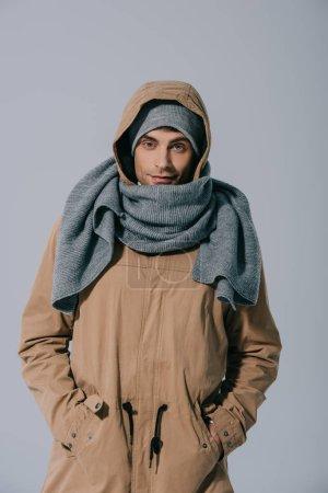 Photo pour Bel homme posant en chapeau, écharpe et manteau, isolé sur gris - image libre de droit